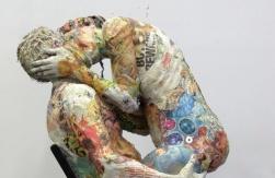 Gazete parçalarından heykeller...