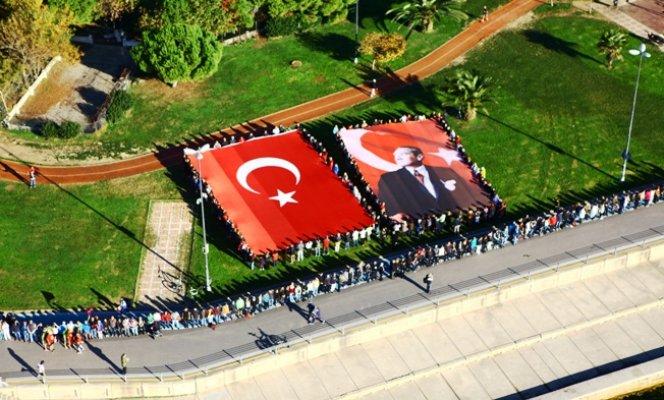 Kadıköy'de 9'u 5 Geçe Ata'ya Saygı Zinciri