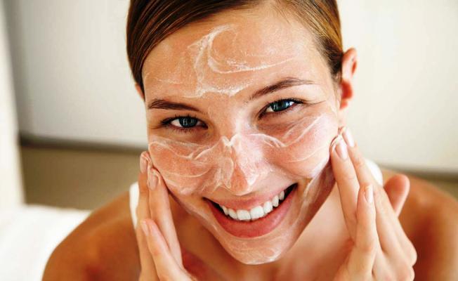 Evde cildinize yaptığınız yanlış uygulamalar felakete neden olabilir