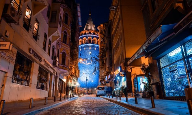 Galata ve Beyazıt Kuleleri mavi renkte