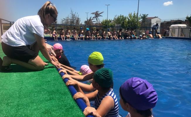 Avcılar'da okul bahçesinde havuz keyfi