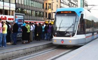 Son dakika! Güngören'de otomobil tramvaya çarptı