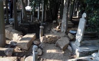 Tarihi Eyüp Mezarlığı'nı talan ettiler