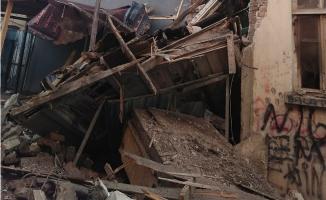 Balat'ta 3 katlı ahşap bina çöktü