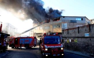 Bayrampaşa'da tekstil atölyesi alev alev yandı