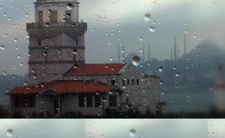 İstanbul'da şimşekler çaktı çatılar uçtu ağaçlar devrildi